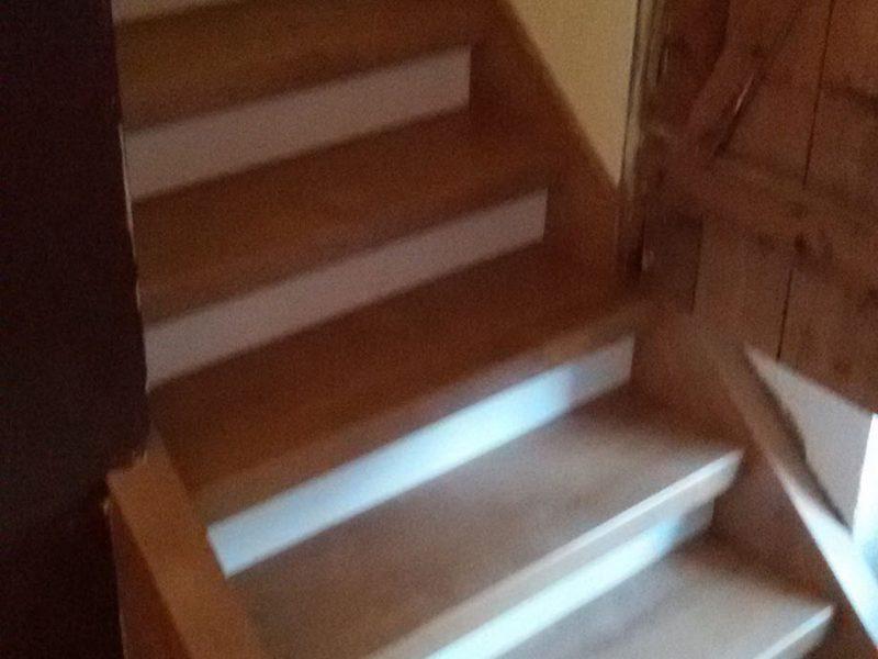 Verkleidung einer Bodentreppe mit Dekorkombination Eiche-Weiß